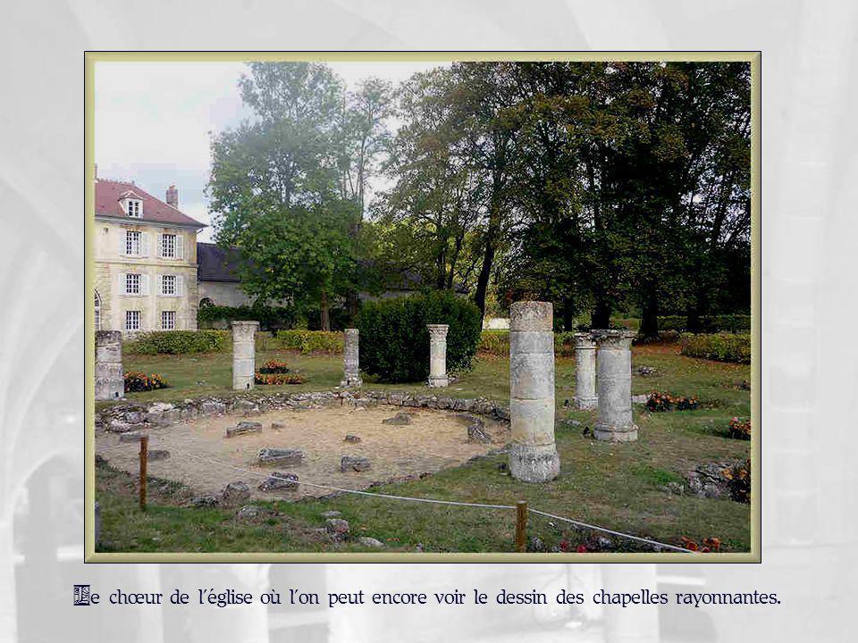 Les ruines du mur sud de léglise.
