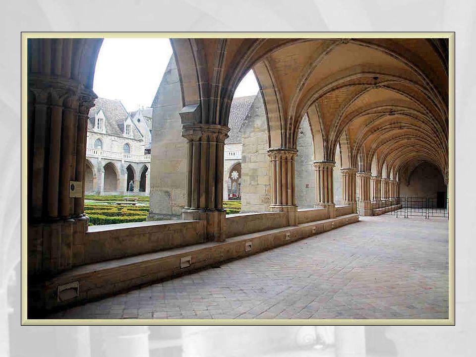 Les terrasses du cloître ont remplacé le toit dont on voit encore les traces sous les oculus.