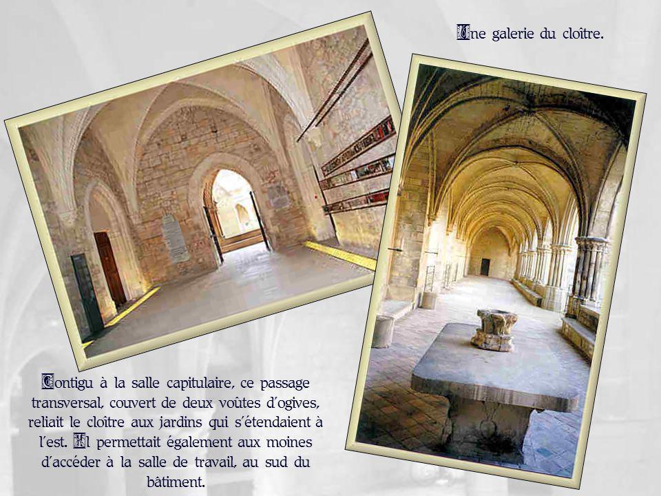 Contigu à la salle capitulaire, ce passage transversal, couvert de deux voûtes dogives, reliait le cloître aux jardins qui sétendaient à lest.