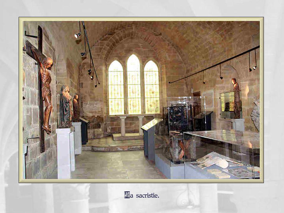 Ci-contre, Saint Jean du Calvaire tenant un livre – noyer polychrome du XVI e siècle.