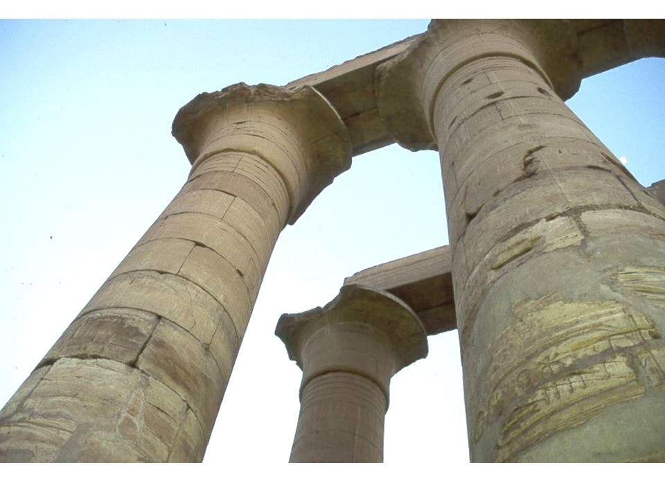 Beaucoup à dire sur le faucon Horus et sa symbolique, qui répond à lœil Oudjat Et à lœil de lEveillé quon voit partout en Asie (ici à Philae)