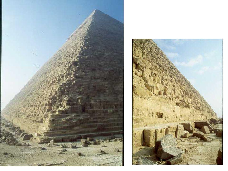 Une des premières pyramides a degrés; dites à mastabas, puis en énormes blocs