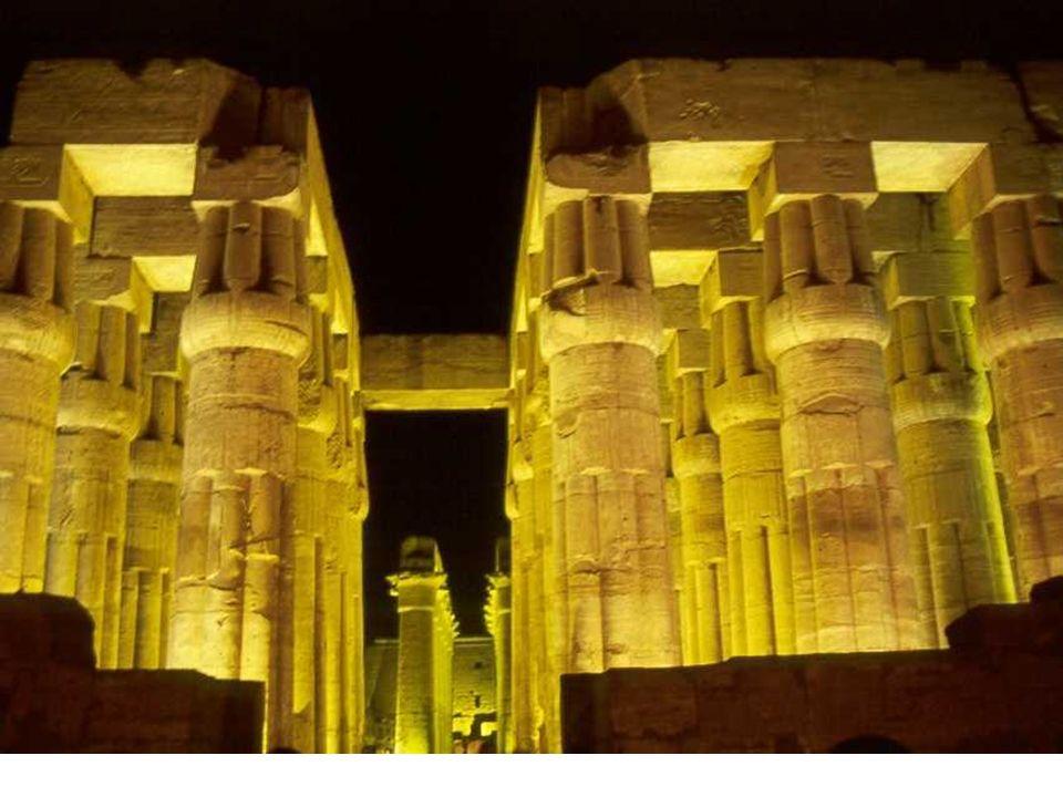 A Thèbes (Louxor), sur la rive est du Nil, divers pharaons ont Construits succession de temples et Un lac sacré.