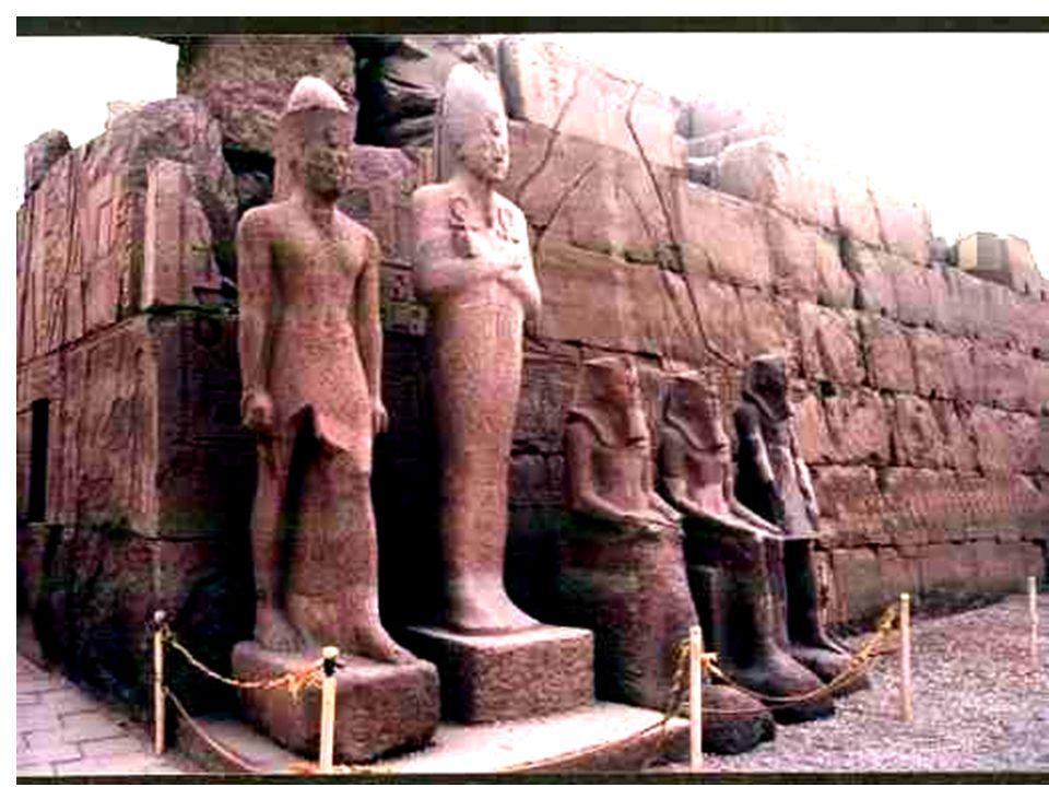 Lauteur rendant un final hommage à Hathor, qui figure ici, finalement, dans une des allées du Goum, grand magasin de Moscou en face du tombeau du pharaon rouge, Lénine !