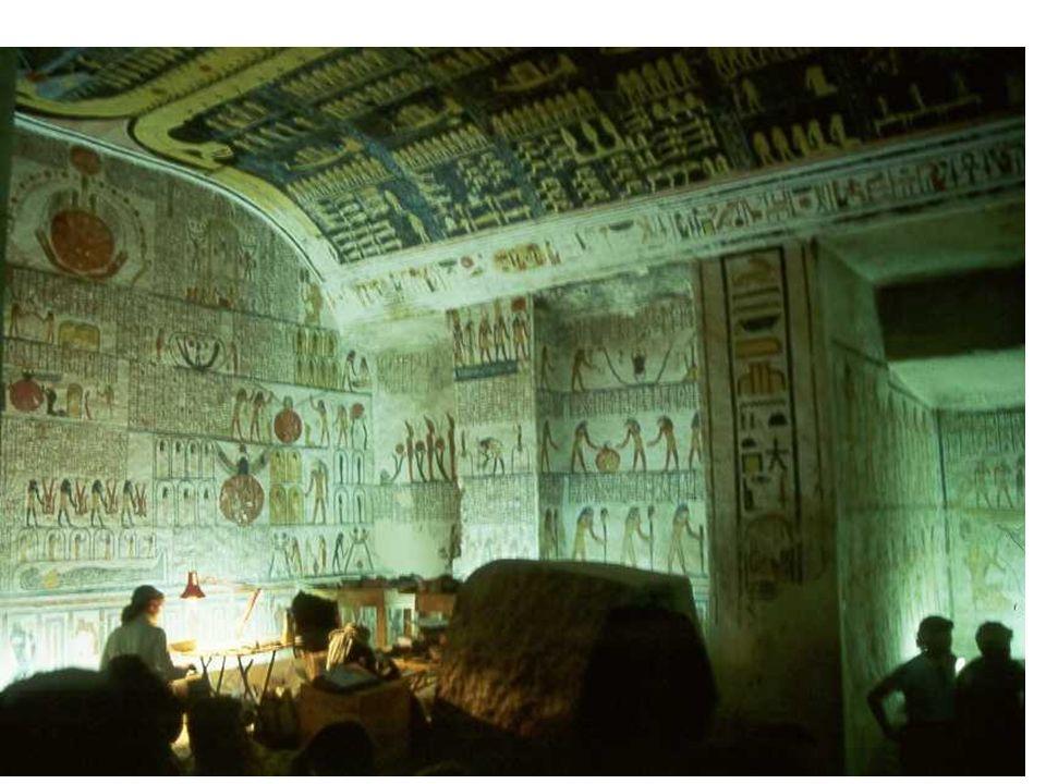 Dans la tombe de je ne sais plus quel pharaon une égyptologue travaille à reproduire je ne sais quoi, sous la grande voûte de Nout retraçant la création du monde du sein des ténèbres