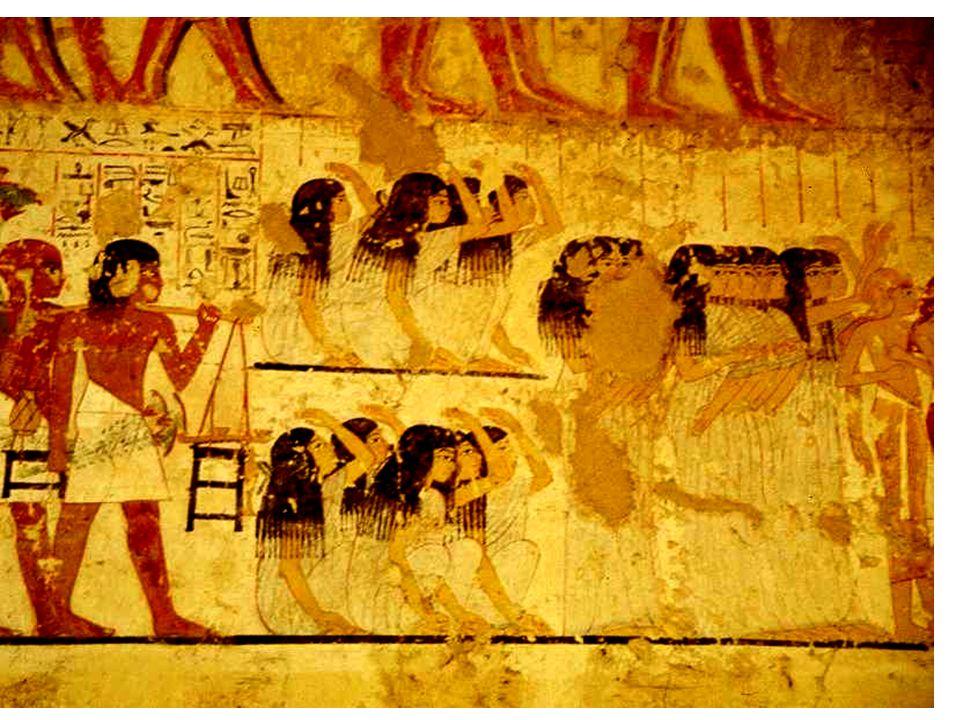 Superbe et royale, galbée dans sa robe longue et défiant tous les Islamistes outrés sa silhouette longiligne veille depuis 3000 ans au coin dun pilier dentrée du complexe de Carnac