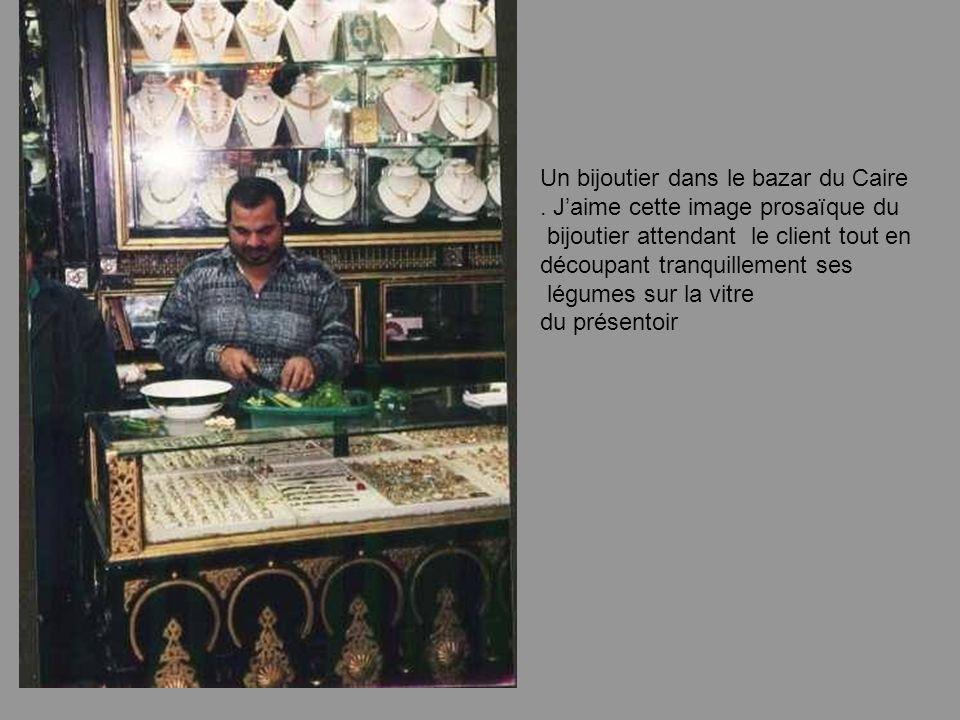 La célébrité des grands du Monde se mesure aussi au dérisoire dun vendeur de « bebelles » Ramsès II, dune pizzeria Napoléon, dune épicerie Léonard de Vinci, etc…