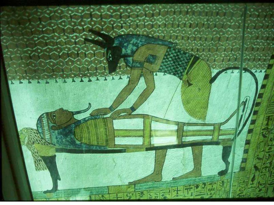 Relief à Karnak, et salle sacrée de dépôt de la divinité.