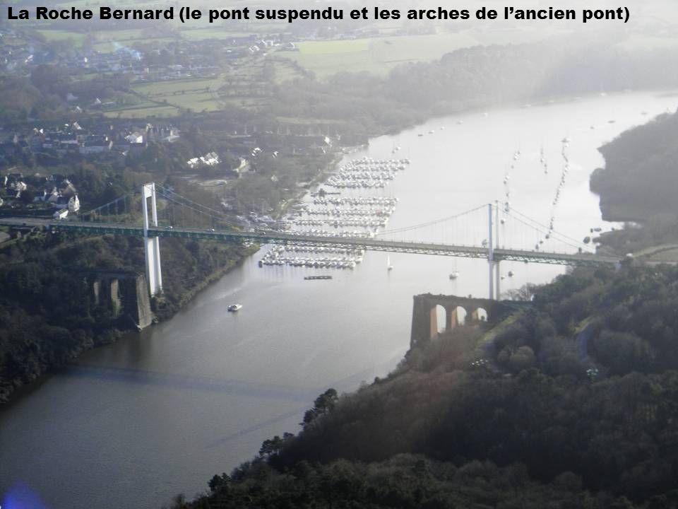 La Roche Bernard (le pont suspendu et les arches de lancien pont)