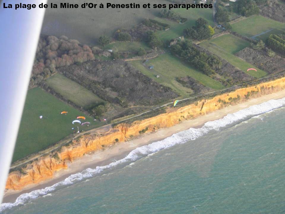 La plage de la Mine dOr à Penestin et ses parapentes
