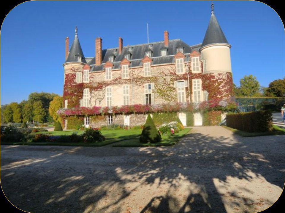 Le domaine de Rambouillet situé au cœur de la forêt des Yvelines Comprend le château ou mourut François I, le Comte de Toulouse en fit une demeure à la mode avant que son fils le Duc de Penthièvre continue les travaux et construisit la Chaumière aux coquillages ( très surprenante ) au milieu dun jardin anglais.