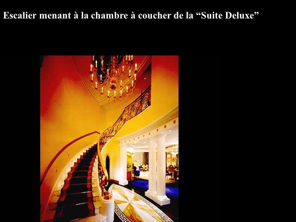 Escalier menant à la chambre à coucher de la Suite Deluxe