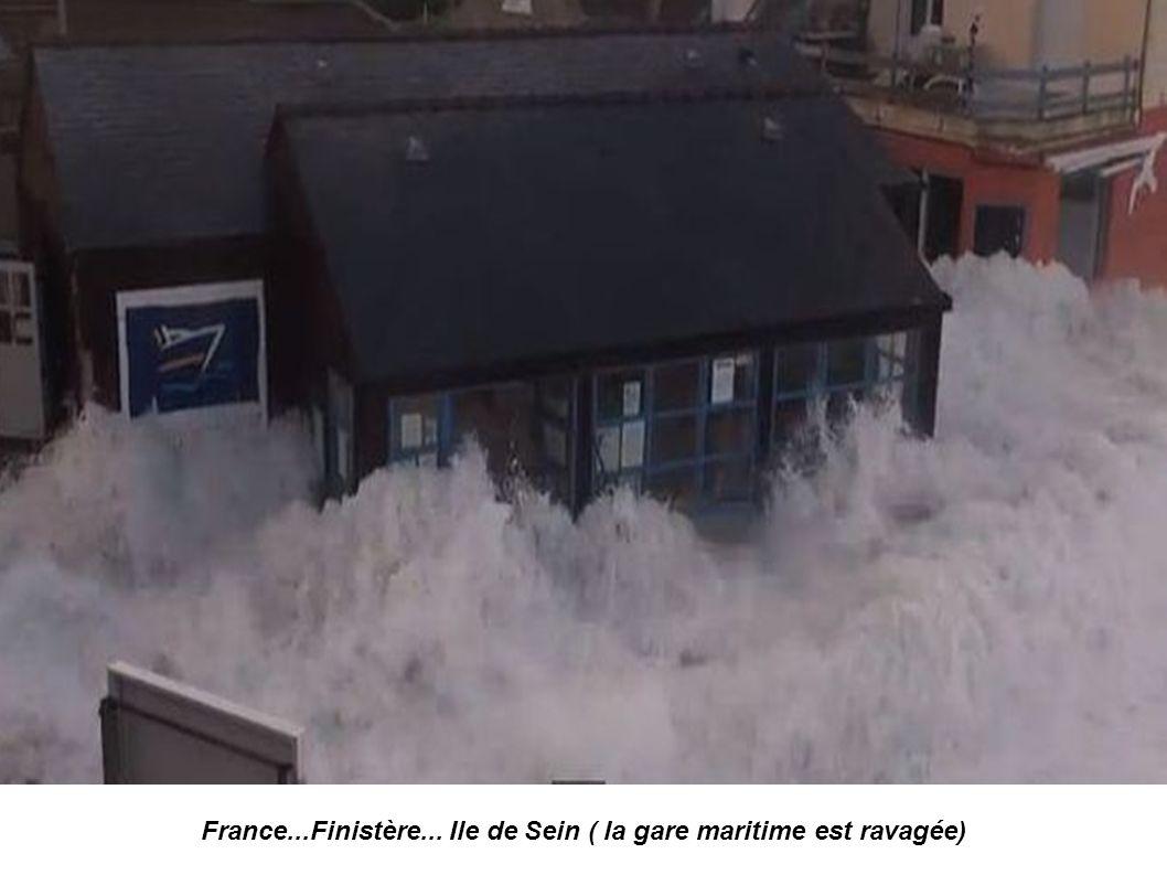 France... Finistère...ile de Sein....le quai des Paimpolais photo Didier-Marie le Bihan