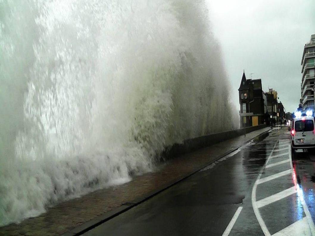 France...Finistère... Ile de Sein ( la gare maritime est ravagée)