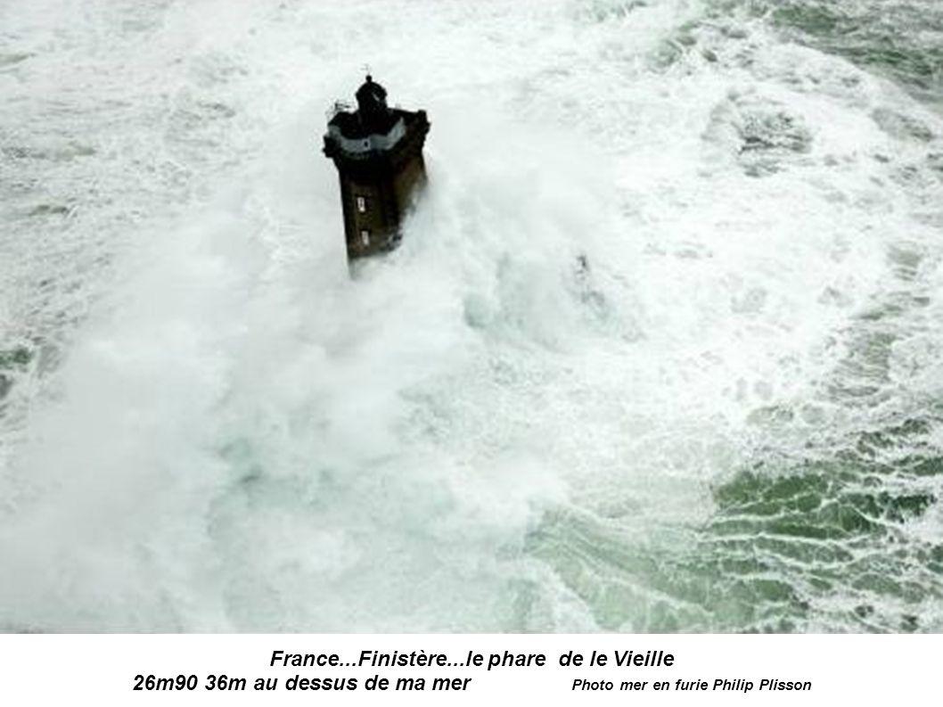 France...Finistère...le phare de Tevennec avant et après Photo mer en furie Philip Plisson 2
