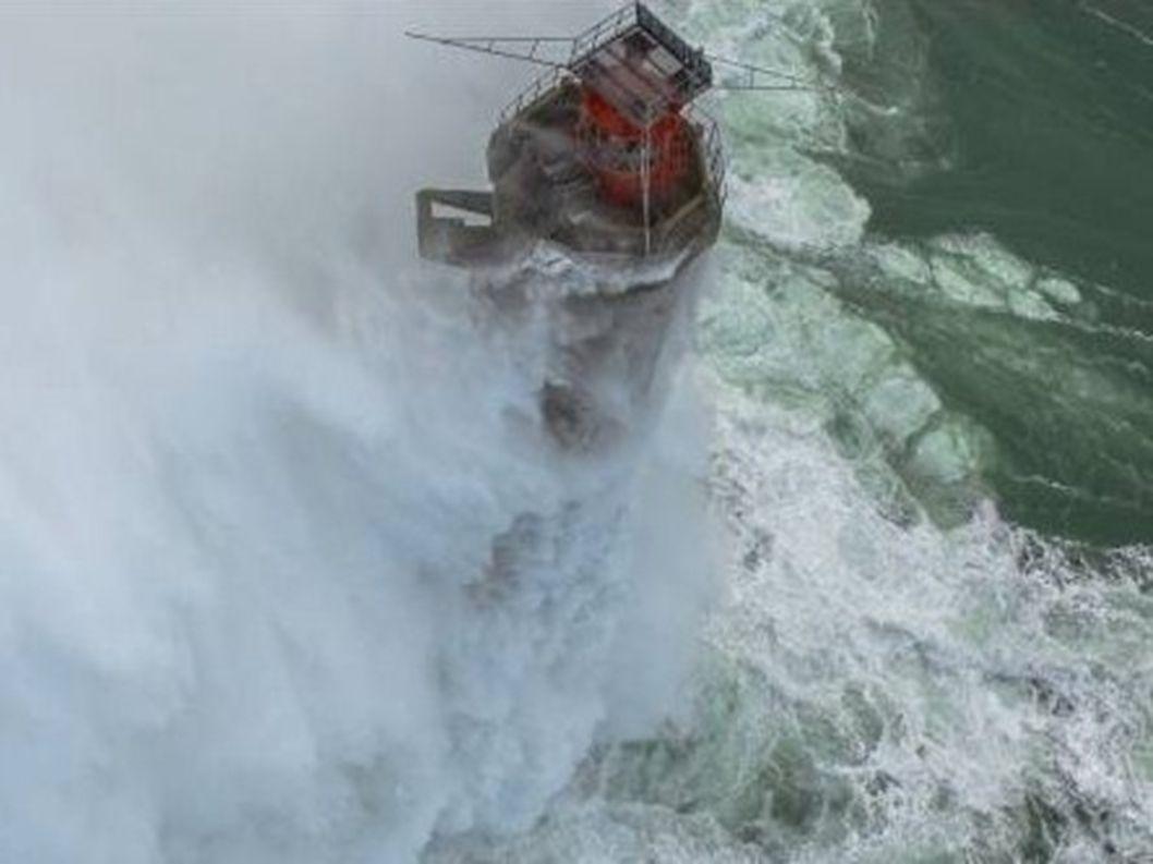 France...Finistère...le phare de le Vieille 26m90 36m au dessus de ma mer Photo mer en furie Philip Plisson