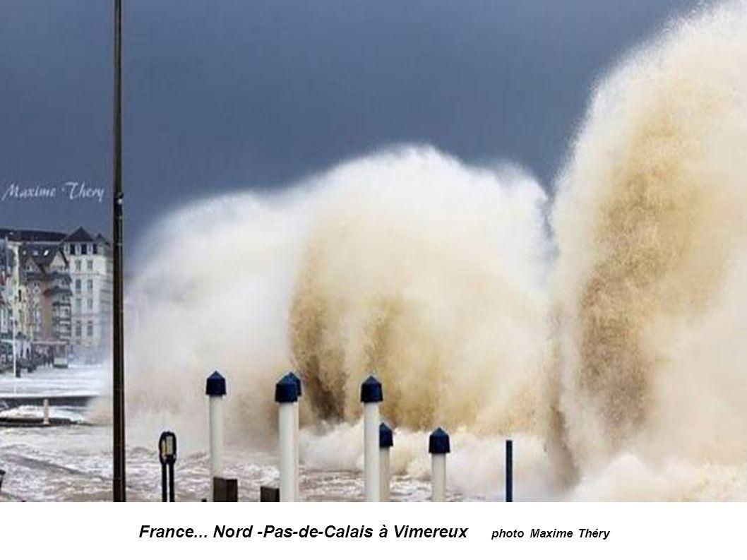 France...Finistère -Ouessant...le phare du Nividic 35m de haut Une vague de 20-25m va s abattre sur le phare Photos Philip Plisson