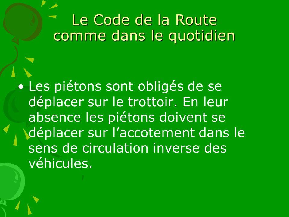 Le Code de la Route comme dans le quotidien Les piétons sont obligés de se déplacer sur le trottoir. En leur absence les piétons doivent se déplacer s