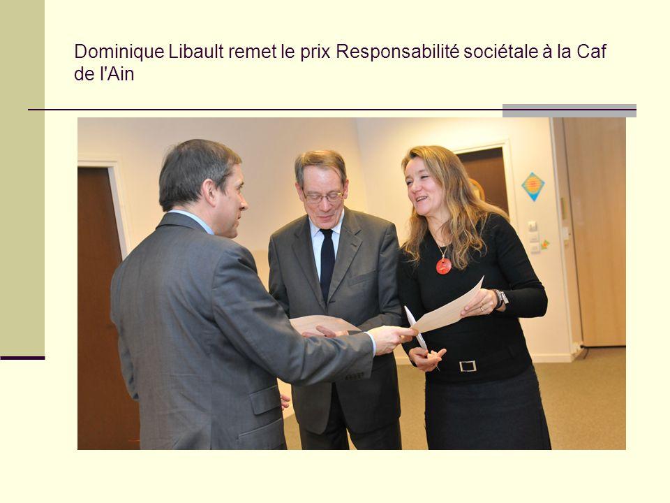 Dominique Libault remet le prix Responsabilité sociétale à la Caf de l'Ain