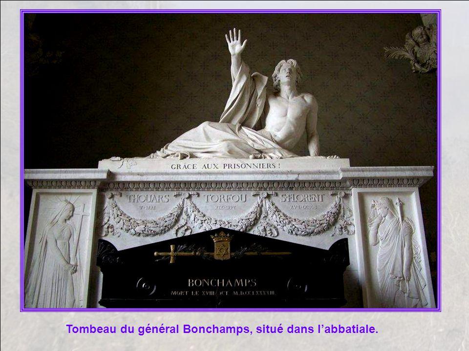 La belle église abbatiale Saint Florent, dont je vous parlerai plus lon- guement sur un autre diaporama