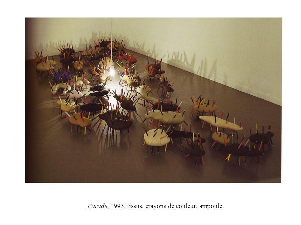 Parade, 1995, tissus, crayons de couleur, ampoule.