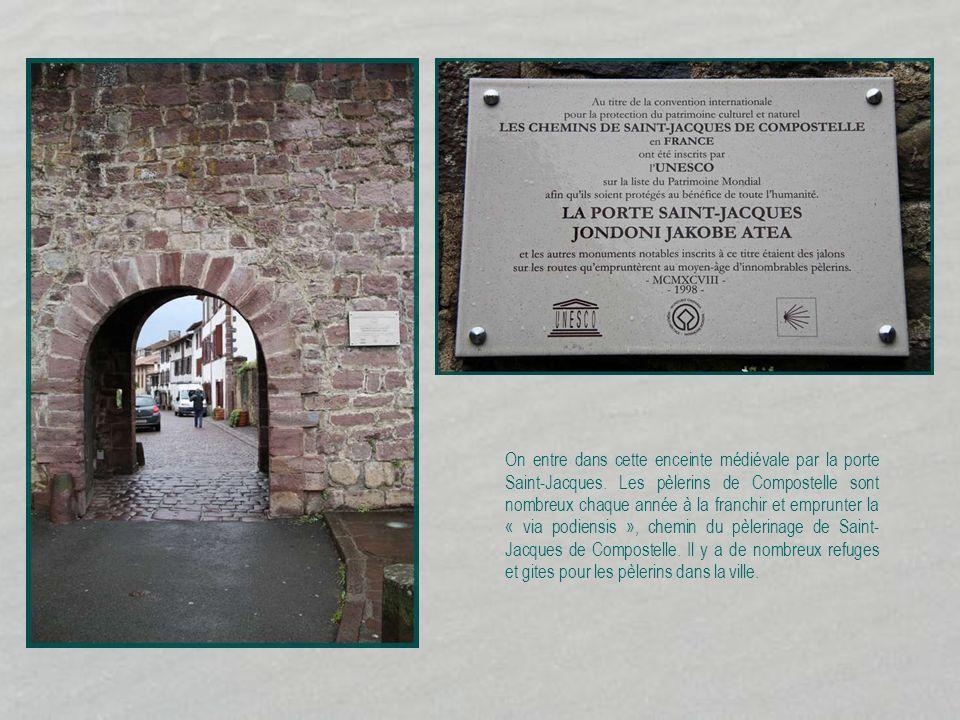 On entre dans cette enceinte médiévale par la porte Saint-Jacques.