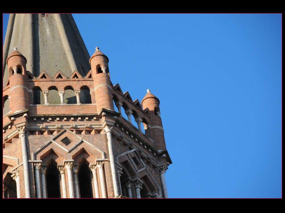 Le clocher abrite un carillon composé de 18 cloches au clavier et 6 au banc du sonneur