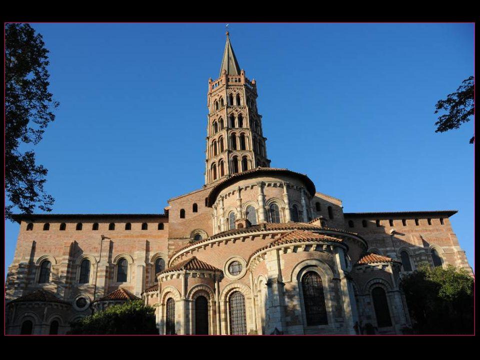 Lédifice conserve 260 chapiteaux romans et est le symbole de larchitecture romane méridionale