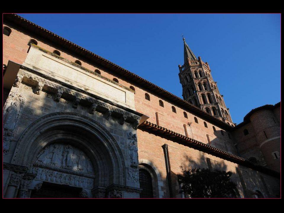 La basilique Saint-Sernin est un sanctuaire bâti pour abriter les reliques de Saint Saturnin ( devenu Sernin par la suite ) évêque de Toulouse, martyr