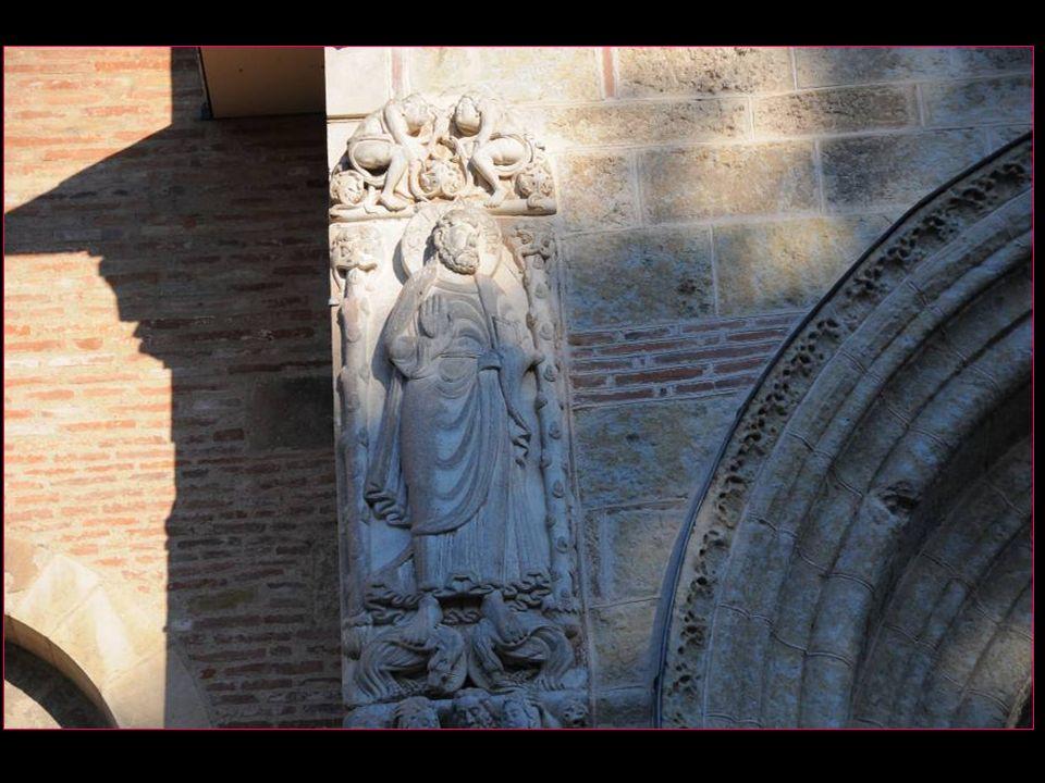 A gauche la statue de Saint-Jacques