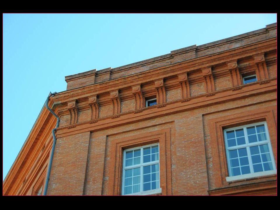 Toulouse est surnommée la ville rose en raison de la couleur du matériau de construction local, la brique de terre cuite