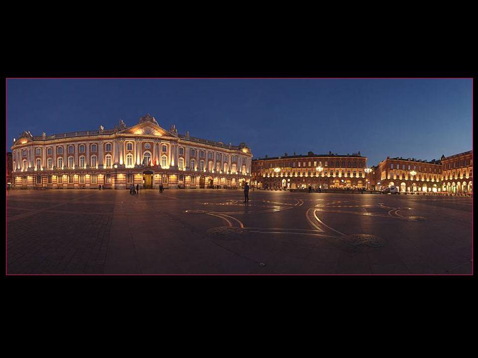 La place du Capitole est située en plein centre-ville. Elle mesure 12000 m2 et ne contient aucune construction, si ce nest quest présente au sol la cr