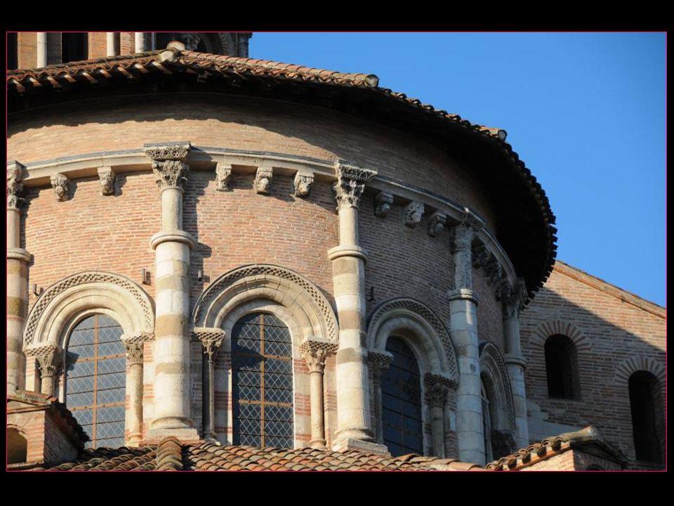 Cette façade avait pour but de cacher lensemble hétéroclite de bâtiments.