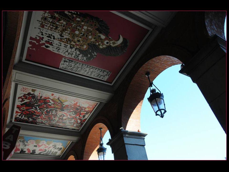 Levons les yeux…. afin dadmirer les œuvres de Raymond Moretti ornant les arcades et racontant lhistoire de Toulouse