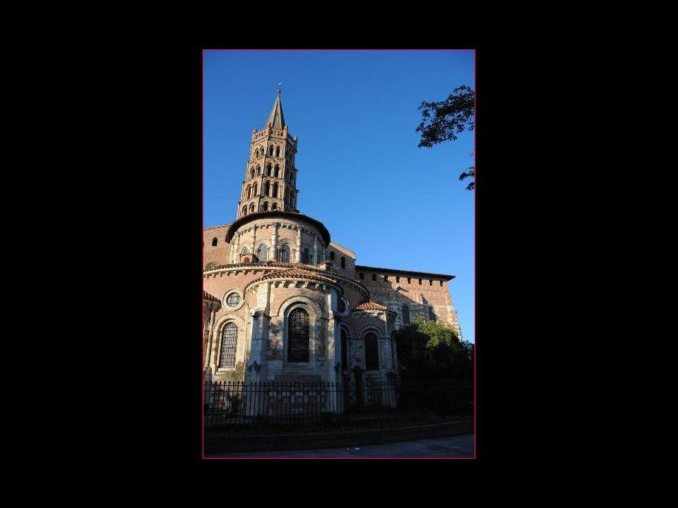 A droite la statue de Saint-Pierre