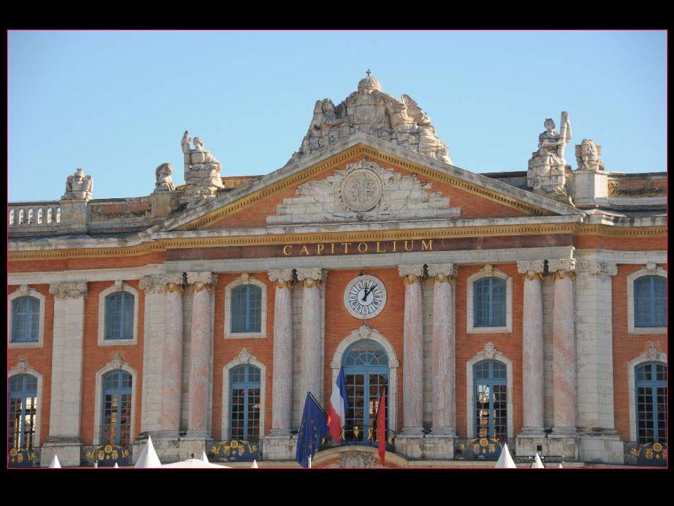 Les huit colonnes de la façade en marbre de Cannes-Minervois symbolisent les huit premiers capitouls. Toulouse était divisée en huit quartiers, les ca