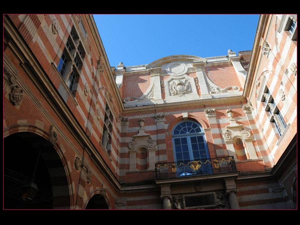 Cette façade avait pour but de cacher lensemble hétéroclite de bâtiments. Elle donne sur la place du Capitole et protège la cour Henri IV