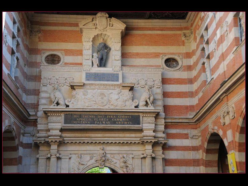 La statue dHenri IV en marbre polychrome de Thomas Hurtamat date de 1607 et est installée au-dessus du portail de Nicolas Bachelier