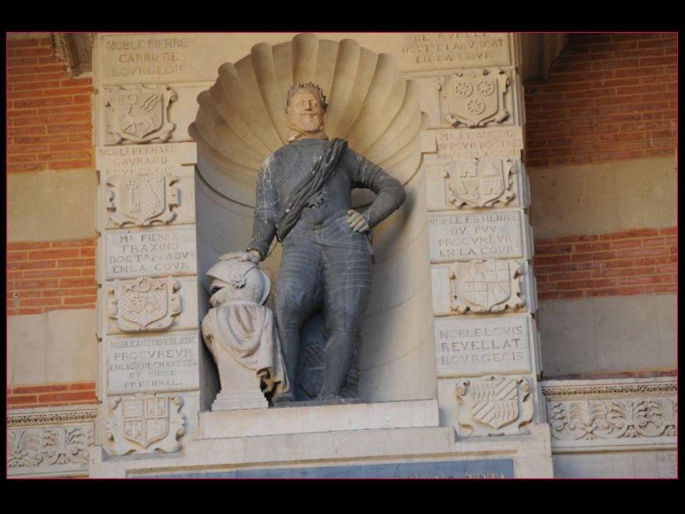 La statue est constituée dun corps en armure noire et une tête blanche couronnée de lauriers verts. Elle est placée dans une niche entre deux oculi et