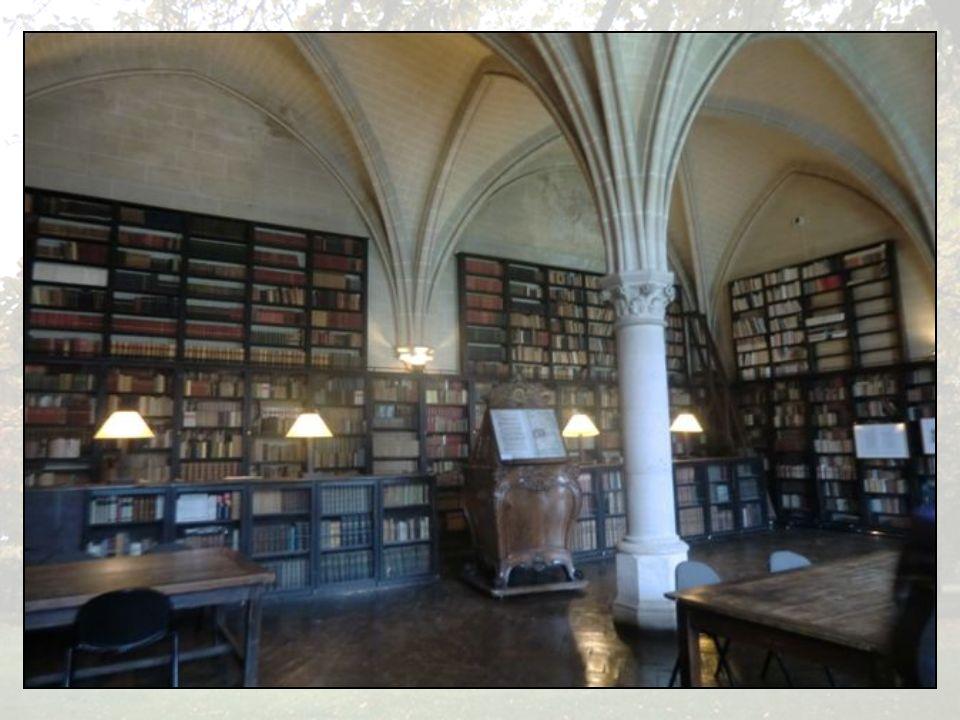 La bibliothèque que lon doit à Henri et Isabel Gouin et son très beau lutrin.