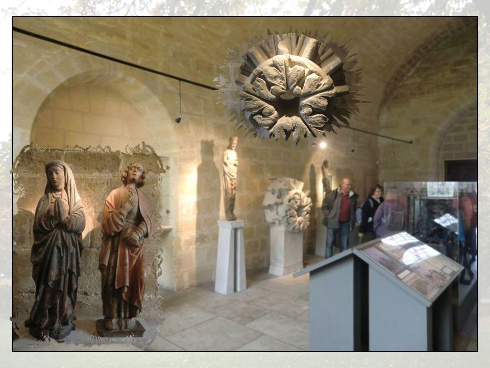 Galerie Est avec lancien mur de léglise et la tour au pignon nord du bâtiment des convers.