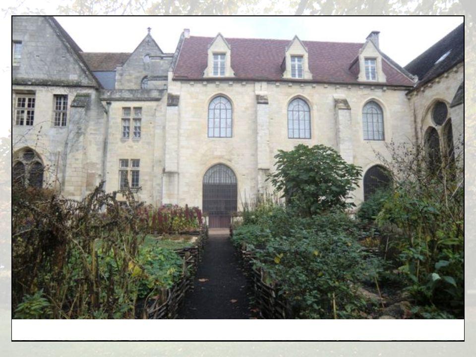 Pignon Sud du bâtiment des convers et jardin médiéval-médicinal.