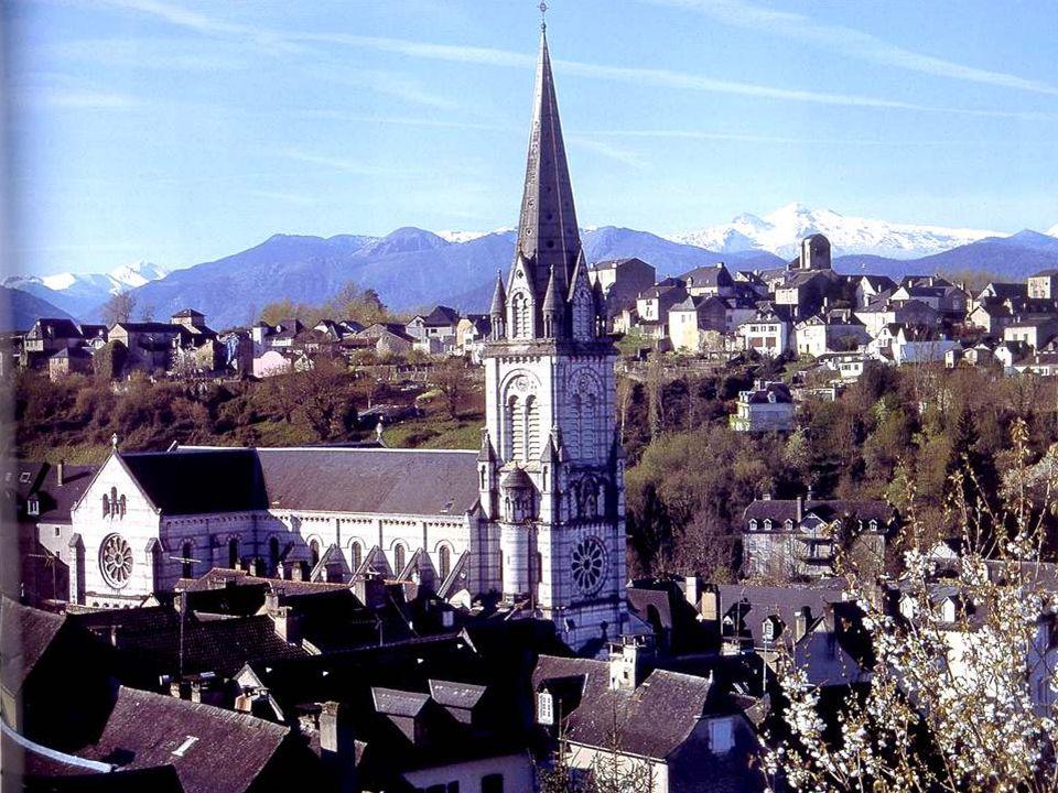 Le Quartier Sainte-Marie abrite la cathédrale Sainte-Marie. Ne recherchez jamais des noms compliqués, chez nous !!! Mais cest une cathédrale sans évêq