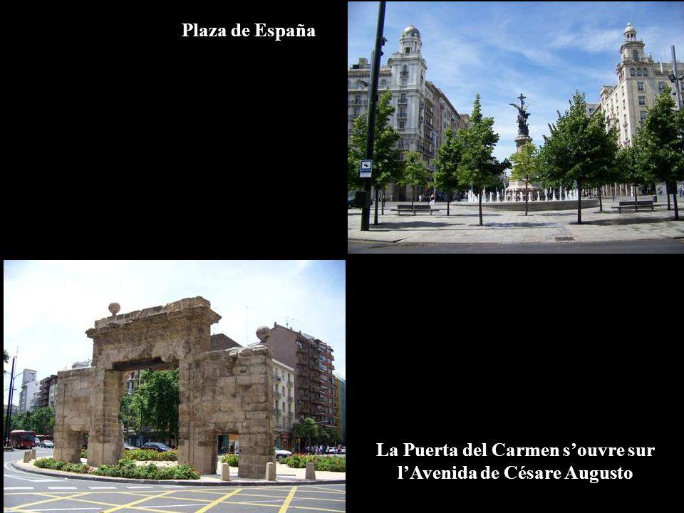 Plaza de España La Puerta del Carmen souvre sur lAvenida de Césare Augusto