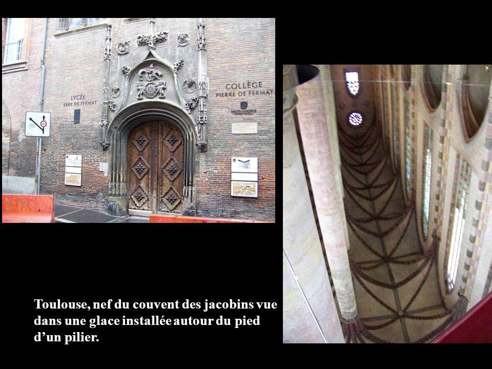 Toulouse, nef du couvent des jacobins vue dans une glace installée autour du pied dun pilier.