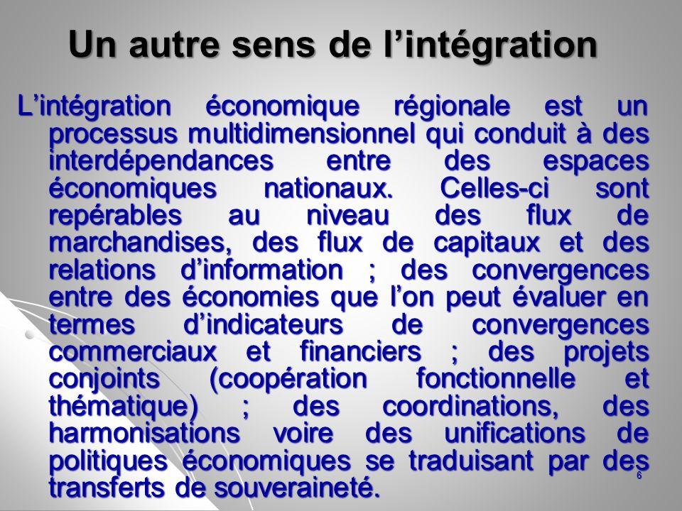 En définitive, on peut aussi définir lintégration régionale comme un processus régi par un accord préférentiel, généralement réciproque, entre pays, qui vise à réduire les obstacles entravant les transactions économiques ou autres.