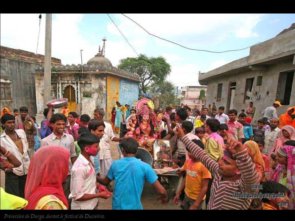Pélerins à Ranakpur. La décoration très élaborée de lintérieur constraste avec laustérité de lextérieur et symbolise la croyance jaïne de la pauvreté