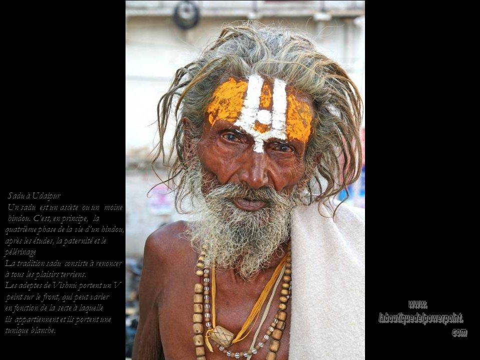 Chants dans le temple jaïn dUdaipur