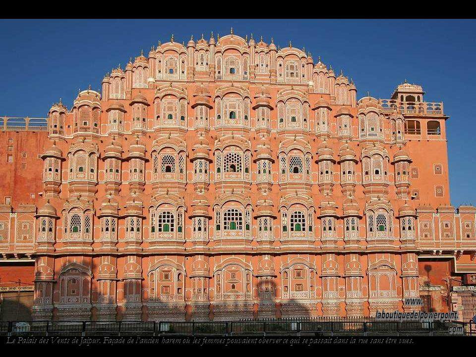 Gurdwara (temple sikh) de Pushkar. Les sikhs croient en un seul Dieu et dans les enseignements récapitulés dans le livre sacré du Guru Granth Sahib.
