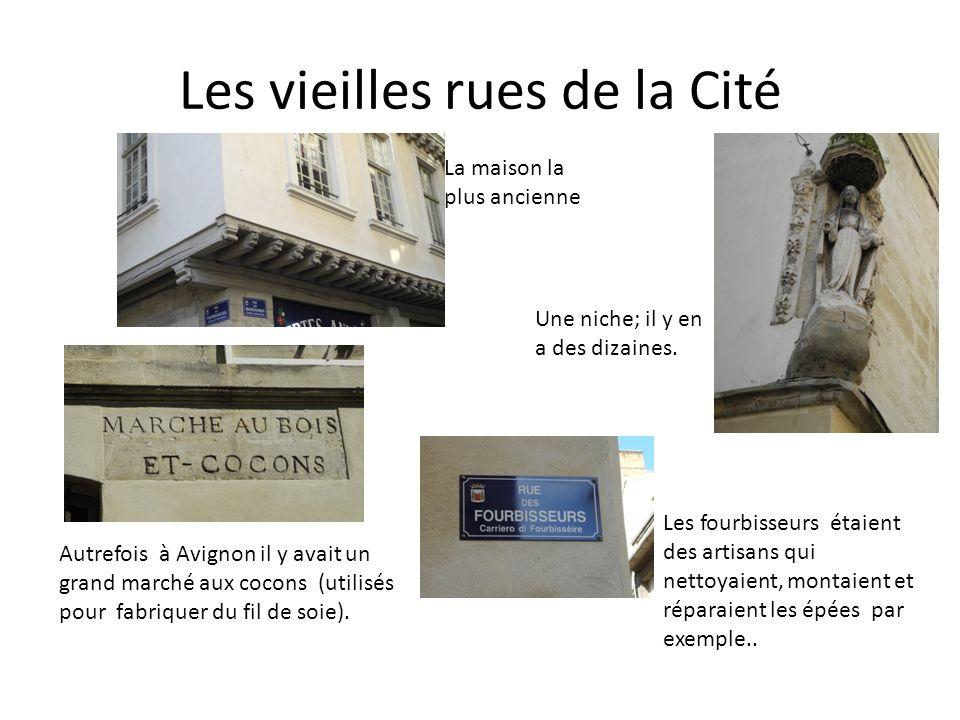 Les vieilles rues de la Cité La maison la plus ancienne Une niche; il y en a des dizaines. Autrefois à Avignon il y avait un grand marché aux cocons (